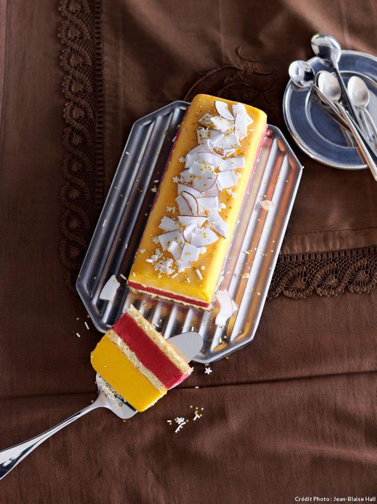 Bûche glacée mangue framboises et coco - Selon vos goûts, vous pouvez recouvrir cette bûche glacée mangue framboises de noix de coco râpée ou de copeaux de chocolat blanc... Une recette parfaite pour épater vos convives, et terminer votre repas de fête en beauté !