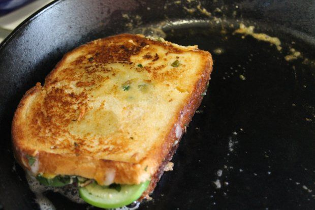 Who doesn't love grilled cheese (& tomato soup!! on a cold day!!)? Smoky Jalapeño Grilled Cheese With Tomatillos