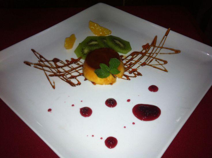 Flan de amareto con salsa de frutos rojos
