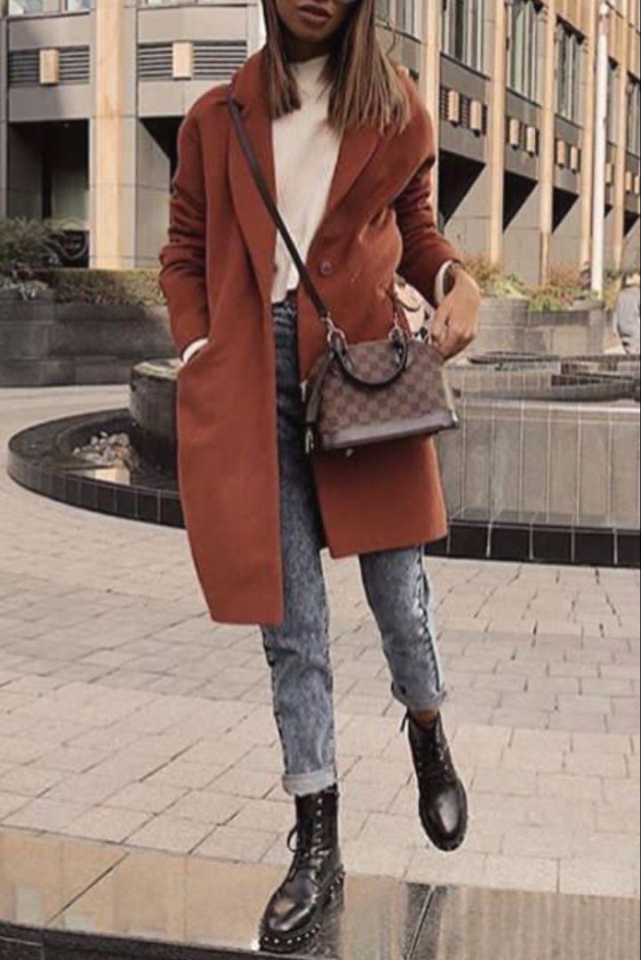 Mode femme automne/hiver avec des bottine clous rock et un lengthy manteau marron r…