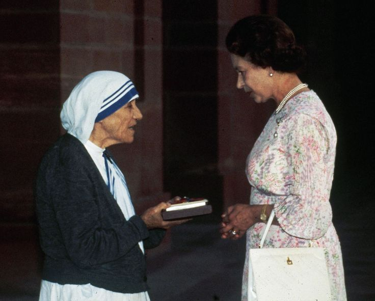 Queen Elizabeth turns 89: her life in photos - Mother Teresa of Calcutta receives the Insignia of the Honorary Order of Merit from Queen Elizabeth II at the Rashtrapati Shavar in New Delhi on Nov. 24, 1983.