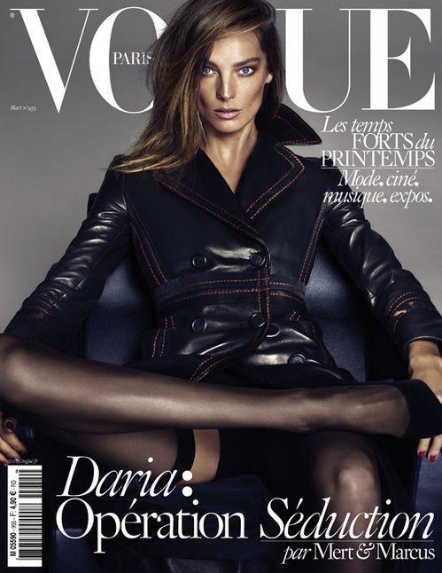Le numéro de mars 2015 de Vogue Paris avec Daria Werbosy en trench noir par Mert & Marcus