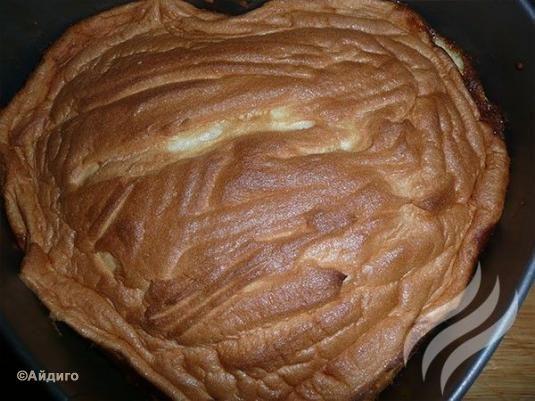 Взбить белки с сахарной пудрой и ванилином.      Вынув пирог из духовку, выложить поверх творожной начинки белки.     Поставить в духовку на 10-15 минут до появления золотистой корочки. Приятного аппетита!