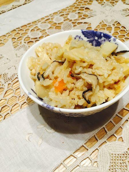 ごちそう感のある鶏五目ご飯。  生姜をきかせると味がしまります。  お肉や油揚げなど、1種類は油気のある具材を入れると旨味が出ますので、お好みの具でお試し下さいね。