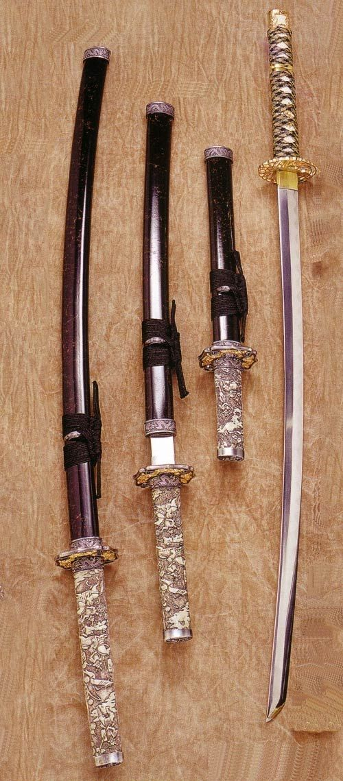 Have you ever seen real samurai swords? They are reallly really cool and beautiful! Katana or nihonto (Japanese name of samurai sword), is known throughout the world for its beauty and sharpness. You can see the artistically decorated scabbard, and also the wave pattern of the blade called hamon, which are the characteristics of katana.