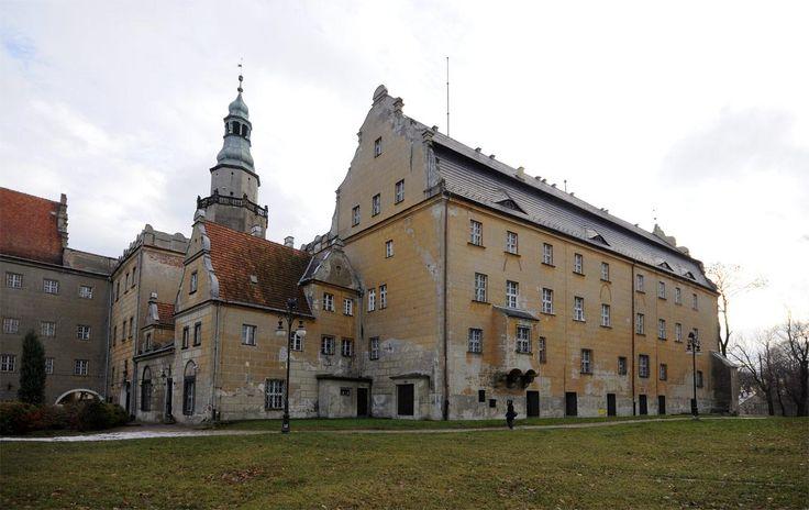 Olešnice. Olesnica. Ren. zámek minsterbersko-olešnických Podebradů z 16. a 17. st. Vstupní brána se znaky württenberských knížat - poslední poděbrad. kněžna se r. 1647 provdala za württ. knížete Sylva Nimroda z linie Wetlingen.