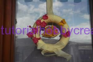 Tutorial per realizzare una ghirlanda di Pasqua con campane fiori e farfalle all'uncinetto - Tutorial per realizzare una ghirlanda di Pasqua con campane fiori e farfalle all'uncinetto Materiale occorrente : - Una ghirlanda di polistirolo di diametr