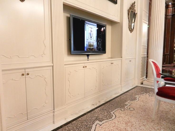 ..lifting system to hide a TV into a dining cabinet. <*> ..sistema di sollevamento per nascondere il Tv nel mobile della sala pranzo.