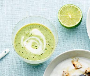 Starta dagen med en härlig, grön energikick. Den här laktosfria smoothien gjord på bland annat kiwi, banan och babyspenat är full med c-vitaminer, järn och frön som är bra för magen. Vaniljyoghurt gör smoothien härligt krämig och mild i smaken.