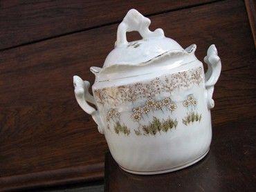 starožitná porcelánová cukřenka s motivem sedmikrásek Výška