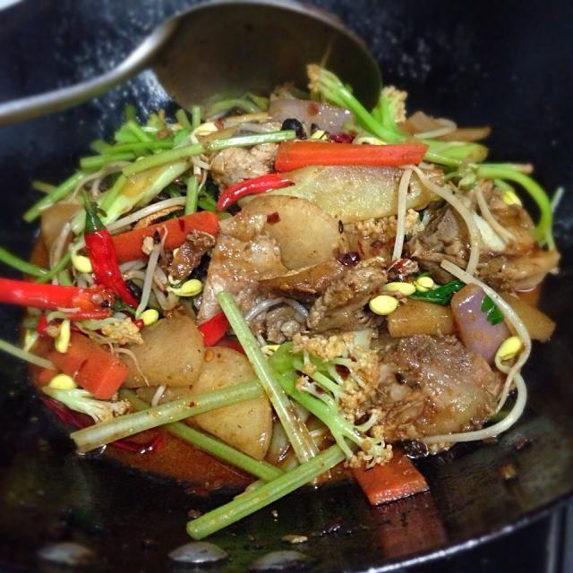 油炒めを鉄鍋で火にかけて食べる,汁の少ない中国の鍋料理。具材を食べたらスープを加えて新たに野菜を追加して普通の鍋のように楽しんだりもします。 - 12件のもぐもぐ - 干锅 gan guo/豚すね肉と大根セロリのピリ辛炒め鍋 by FU-TEN