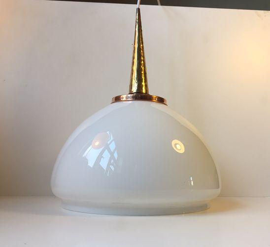 Lampada a sospensione in vetro opalino, rame e ottone