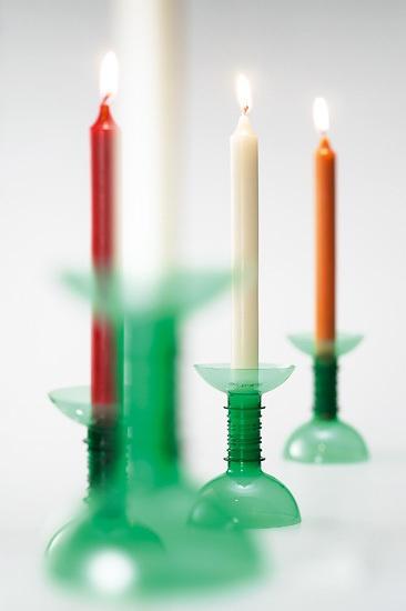 Espalhe velas pela casa pra criar o clima natalino. Estes castiçais foram feitos com garrafas PET. Veja mais ideias neste site.