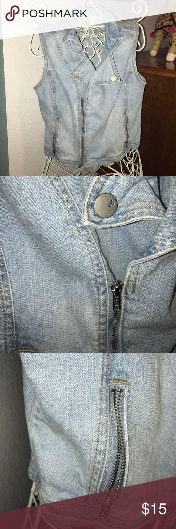 Light wash sleeveless denim jacket Light wash denim jacket with zip up details Size XL in children's total girl Jackets & Coats Jean Jackets