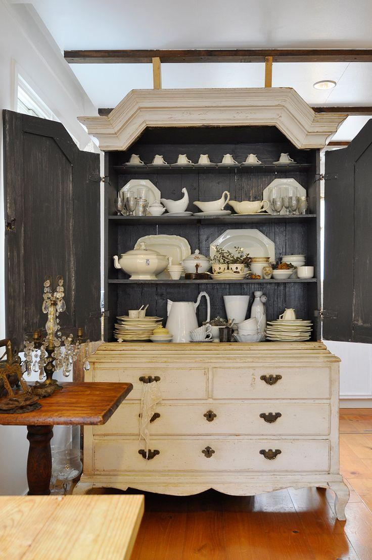 18世紀フランスのキャビネット。アスティエ・ド・ヴィラットなど、白い食器で統一。