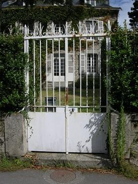 Portail blanc à Saint-Briac-sur-mer