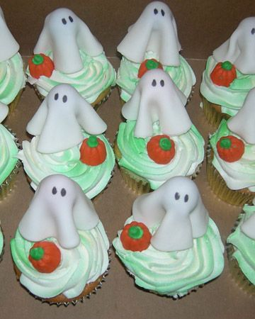 Ghost cupcakes - circle of white fondant, sucker, edible ink pen, pumpkin candies. Simple, but adorable.: Bghost Cupcakes, Baking Cupcakes, Pumpkin Cupcakes, Martha Inspired Cupcakes, Cupcakes Cool, Cakes Cupcakes, Halloween Cupcakes, Cupcakes Halloween, Food Cupcakes