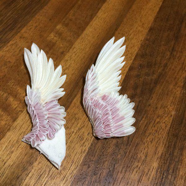 つまみ細工とは江戸時代に始まったとされる日本の伝統工芸で、正方形に切った布を二種類の基本形に折り畳んで様々な物を形作ります。(鳩の羽/オクラ/かぼちゃと小豆のいとこ煮/むすび丸) pic.twitter.com/SupK0vYPSl