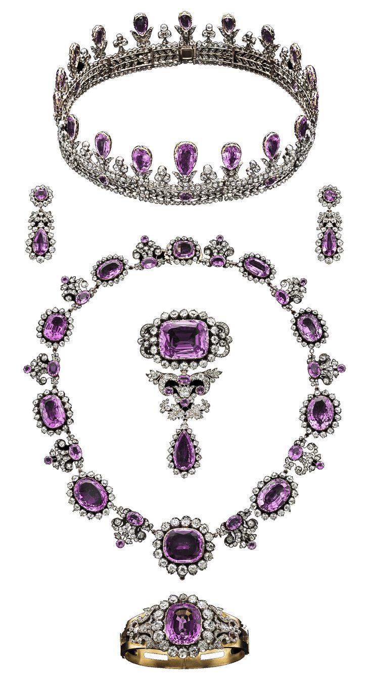 Conjunto Royal Pink Topaz Parure, de principios del siglo XIX pertenecía a La Casa de Hohenzollern de Prusia . Consta de una tiara, un par de aretes colgantes, un collar, un peto y un brazalete con bisagras, todos los compuestos de oro y plata con topacios rosa y diamantes.