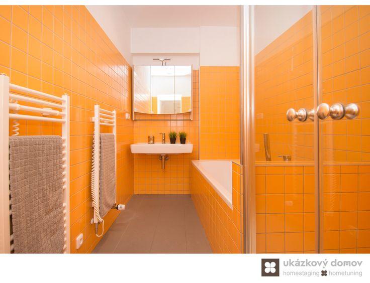 Home Staging částečně zařízeného podkrovního bytu v Praze na Smíchově, více info k tomuto projektu na http://ukazkovydomov.cz/2016/08/07/home-staging-castecne-zarizeneho-bytu-3-kk-v-praze-na-smichove-cerven-2016/ #praha #prague #czech #homestaging #po #after #orange #podkrovni #attic #bathroom #koupelna #oranžová #obklad #keramický #ceramic #tiles