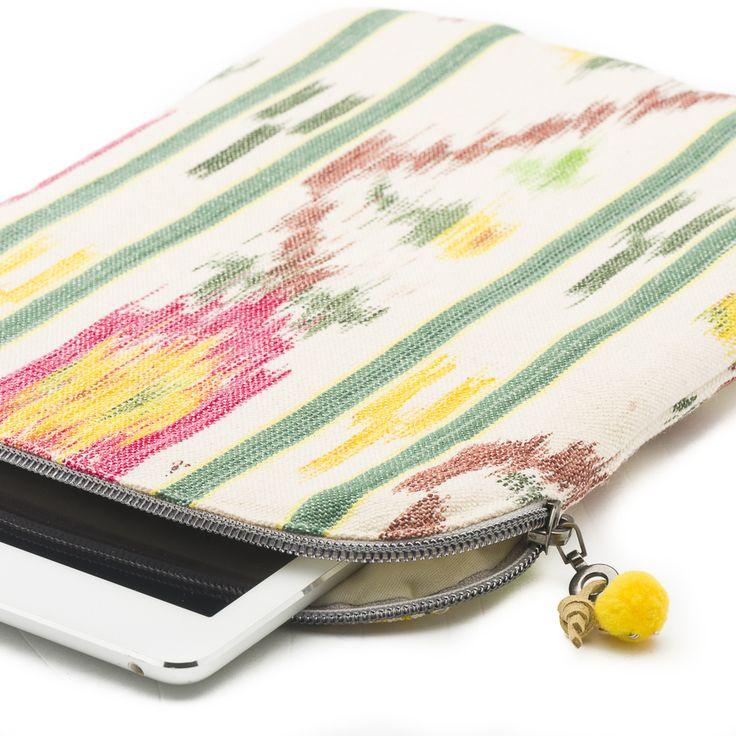 Protege tu iPad o tableta con una funda diferente a todo lo que has visto hasta ahora. Fabricada de un modo artesanal y en Mallorca. Además esta confeccionada a partir de telas procedentes de telares mallorquines . Si tu tablet es personal, dale también un toque inconfundible con esta funda tan única.