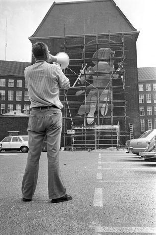 Meisje met springtouw van Co Westerik [1976] In 1988 gesneuveld met de sloop van een deel van het politiebureau aan het Haagse Veer