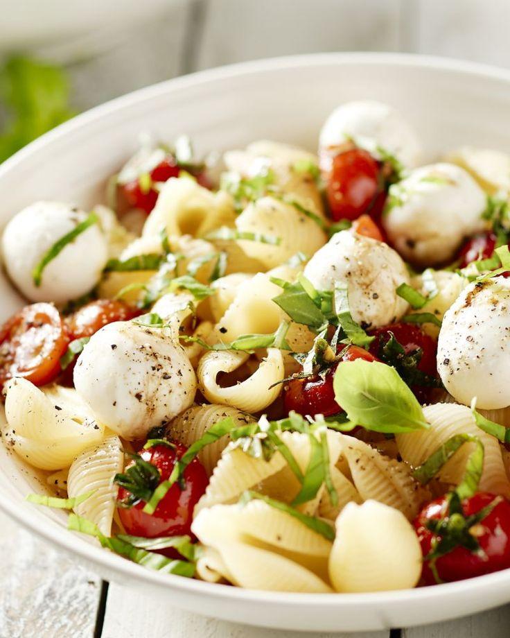Salade caprese is natuurlijk een topklassieker en favoriet van iedereen. Maar waarom er niet eens een eenvoudige maar vullende pastaschotel mee maken?