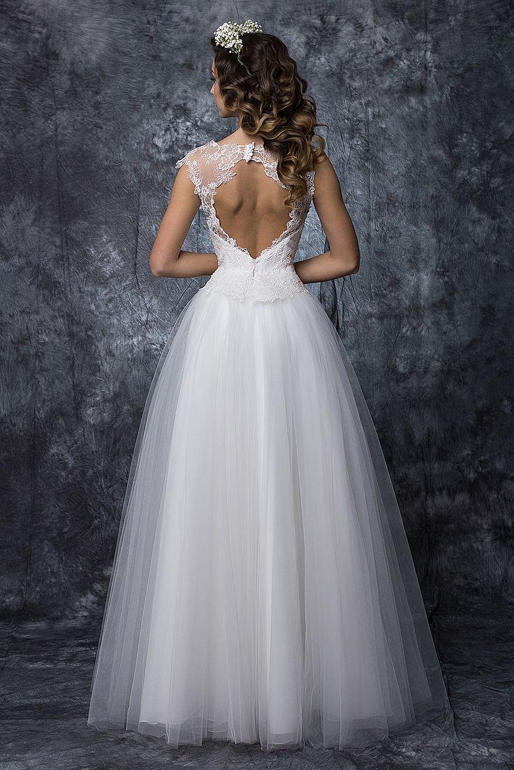 ❤ rochia de mireasa Ilinca ❤    Rochia de mireasa brodata, cu cusaturi manuale, una dintre cele mai in voga tendinte in 2016. Rochia se poate personaliza in functie de anotimp si tematica nuntii.  #rochie #mireasa #nunta #weddingdress #bridetobe #bride #gown #white #rochiedemireasa Casa Vogue Mariage