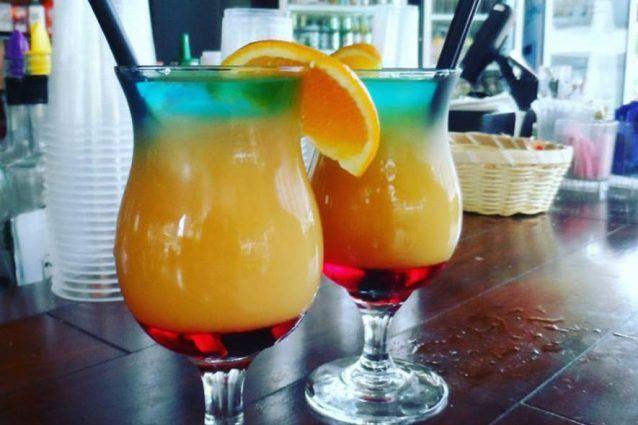 Il sex on the beach è un cocktail alcolico colorato e dissetante a base di vodka pura, liquore alla pesca, succo di arancia e succo di mirtillo 'cranberry', ingrediente fondamentale. Vediamo come preparare questo gustoso long drink!