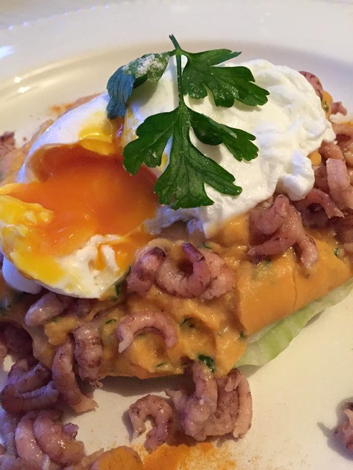 puree van zoete aardappelen en knolselder met garnalen en een gepocheerd eitje