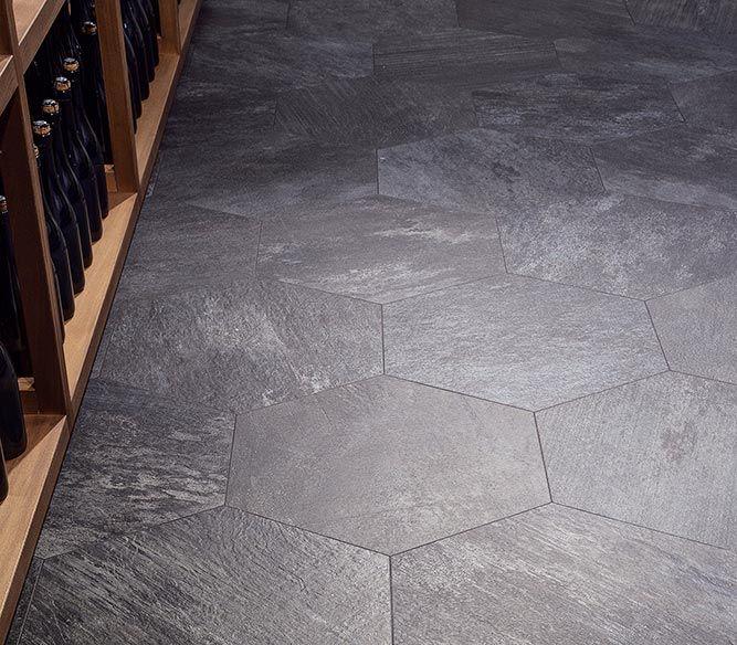 Mange sverger til tradisjonelle lyse veggfliser, men stadig flere tør å ta mer spenstige flisevalg. Etterligninger av stein, marmor og betong er...