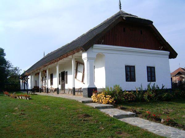 Nádfedeles, tornácos parasztház Cigándon, az Északi-középhegységben