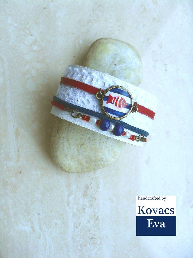 Fehér matrózos bőr karkötő kézzel festett medállal,csipkével és gyöngyökkel. White sailor leather bracelet with hand painted pendant,lace and beads.