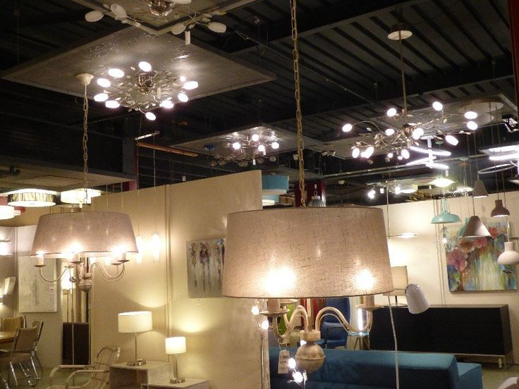 Showroom winkel interieur verlichting . 3-lichts kroonluchter met kap. Of 5 lichts kroonluchter . Het metaal is antiek wit en klassiek vormgegeven. De stoffen kap is taupe van kleur, met een linnen structuur. De kroon hangt met een ketting aan de plafondkap. Voor slaapkamer , woonkamer , eettafel , woonkeuken of bedrijf . Home interior lights / online shop : click on this link www.rietveldlicht.nl Gratis verzendkosten