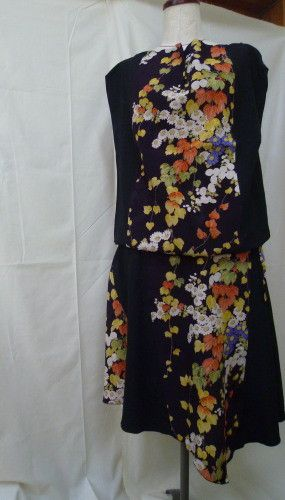 ※黒に近い濃い紫地に小花柄の着物生地と地模様のある黒着物生地での2ピースです。※トップスがノースリで胸元に少しだけドレープがあります(画像2参照)裾左脇のリボ...|ハンドメイド、手作り、手仕事品の通販・販売・購入ならCreema。