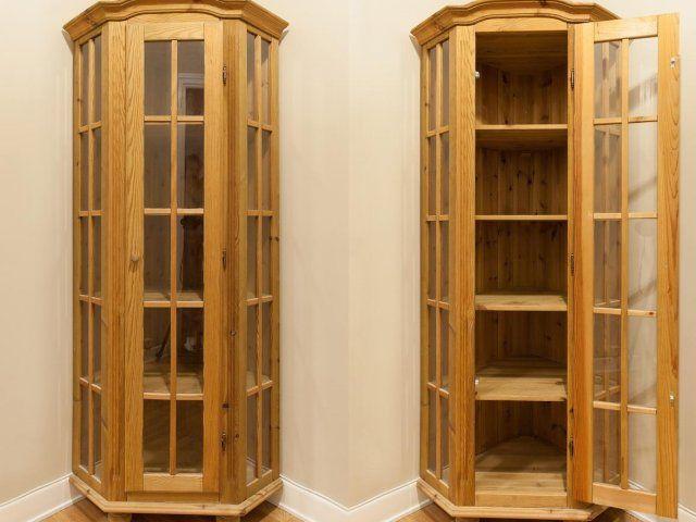 Elegant hörnskåp i massiv furu med glas och kromade gångjärn. Skåpet har fem hyllor med 29-35 cm mellan varje plan. Skåpet är i utmärkt skick.  Mått: Bredd...