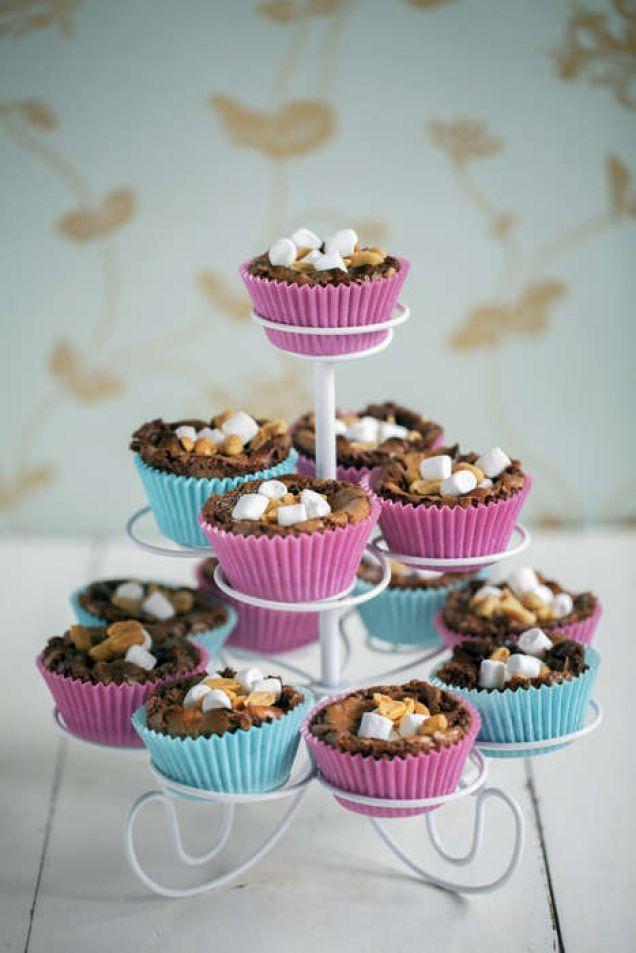 Rocky road i muffins toppad med jordnötter och marshmallows. Det blir rena godiset.Fler recept på rocky road hittar du här. Läs också: Julgodis – klassiska, enkla och magiskt goda recept
