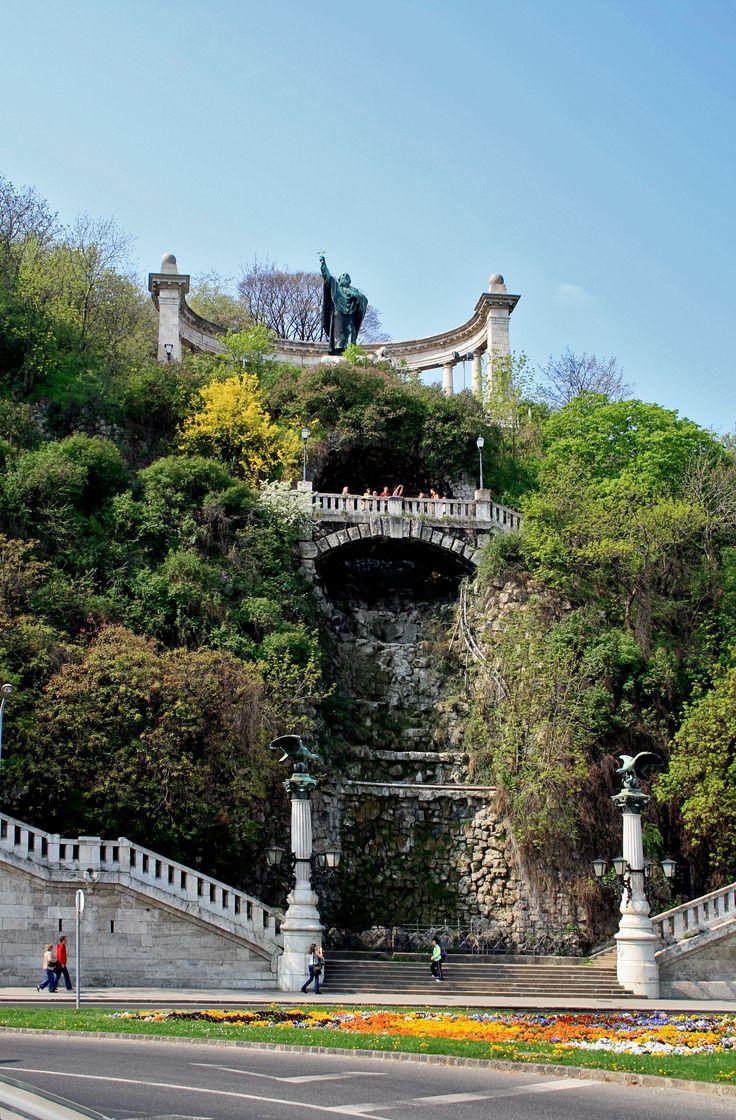 Gellérthegy (Természetvédelmi terület) (Budapest): Szent Gellért szobra és a nagy vízesés