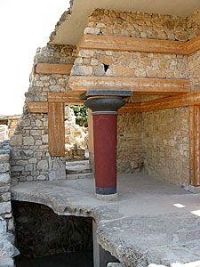 Fragment odrestaurowanego Pałacu Minosa. Wszystkie kolumny minojskie rozszerzają się ku górze.
