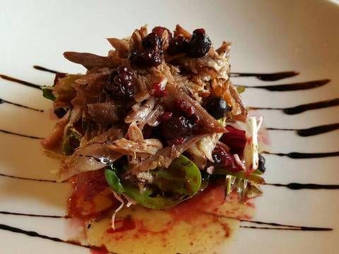 Fabulosa receta para Ensalada de pato confitado y frutos rojos.