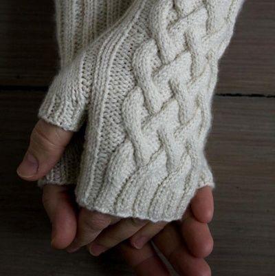 Fingerløse handsker med snoninger. Disse fingerløse handsker er lette at gå til, selv om man ikke har strikket kabler/snoninger før.