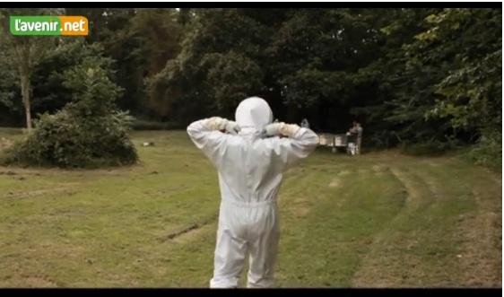 NAMUR - Ingénieur à la RTBF, Guy Séressia est surtout connu comme professeur à l'école namuroise d'apiculture. Ses élèves lui ont donné un surnom : Maya Gyver. Comme le matériel d'apiculture coûte cher, il a construit beaucoup d'accessoires de ses mains.  La passion pour l'apiculture est née à l'âge de 14 ans quand, en vacances sur une plage de La Panne, il a croisé le chemin d'un essaim d'abeilles. Une passion qui l'a fait voyager jusqu'en Pologne, pour échanger son expérience avec des ...