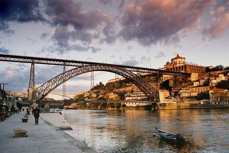 Ponte dom Luis I łączy brzegi Douro. Jest to dwukondygnacyjny most - górnym poziomem poprowadzona została linia metra, zaś dolny dostępny jest dla ruchu samochodowego. Projektantem mostu był inżynier Teófilo Seyrig - uczeń Gustave Eiffela.
