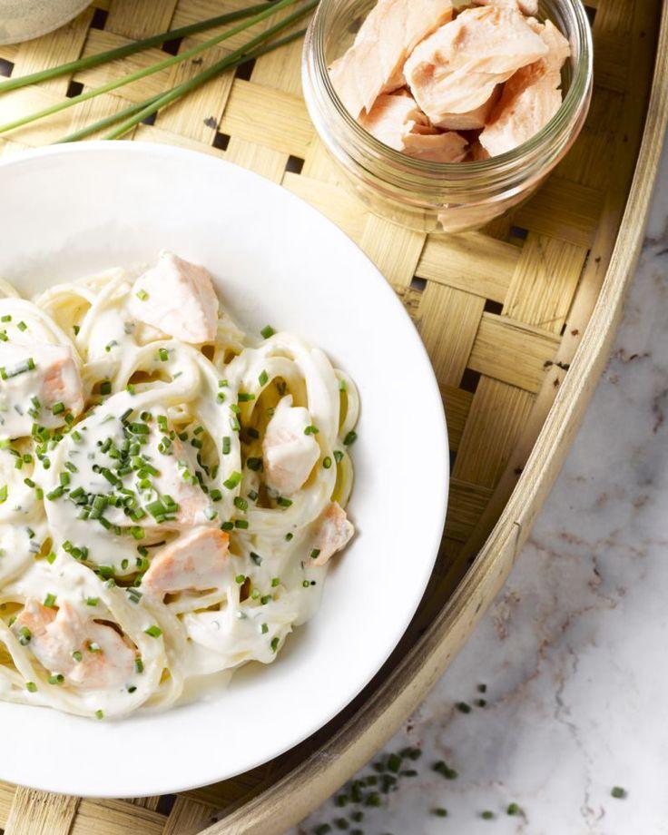 Deze heerlijke pasta met zalm en  kruidenkaas maak je zo klaar met wat je vindt in de voorraadkast!  Gemakkelijk, snel klaar en zo lekker!