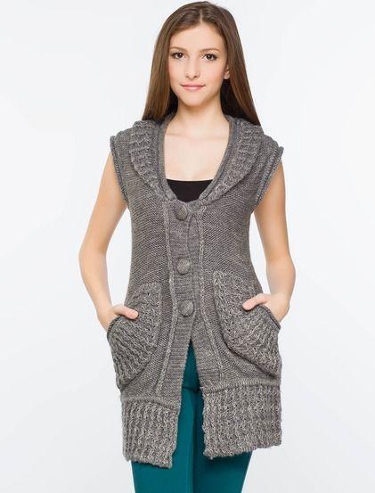 Αμάνικο γιλέκο  • Ένας μοντέρνος συνδυασμός • Χωρίς μανίια • Βαθιά λαιμόκοψη με γιακά σάλι και πιέτα • Δύο μπροστινές τσέπες • Κλείσιμο με κουμπιά • Με καμπύλο σχήμα στο κάτω μέρος  Τα ειδικά εφέ έχουν τη θέση τους και στα πλεκτά. #koketa #fashion #blouse