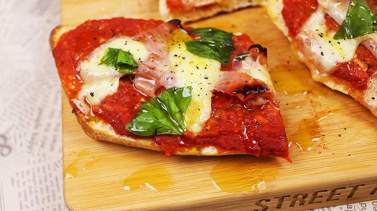 A pizzás kaják mindig nagyon királyak, legyen szó ténylegesen egy pizzáról, pizzás csigáról vagy bármi másról, és bár mindenki tagadja, de titkon nincs olyan ember a földön, aki ne szeretné a pizzás melegszendvicset, így most Zé megmutatja, hogy készítsétek el házilag a szószt! Pizzás…