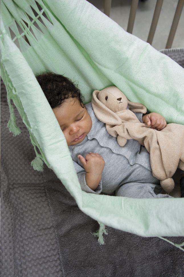 Geef je baby het geborgen, veilige gevoel van je buik terug en laat je kleine spruit slapen in deze muntgroene Hammock-hangmat van Peppa.