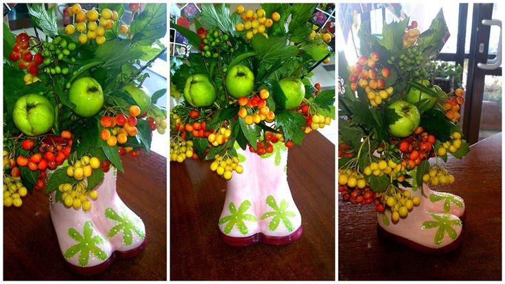 Kwiaty i owoce w ceramicznym flakonie.