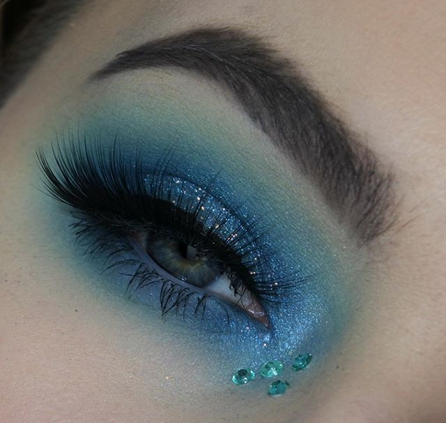Ive been really into blue right now just wanted to smother my eye in it tbh  @anastasiabeverlyhills Ebony Dipbrow  @nyxcosmetics @nyxcosmetics_uk Ultimate Brights palette & Epic Ink liner  @morphebrushes 35B palette  @collectionlove Pow! Glitter liner  @sleekmakeup Neo Pop I-Art shadow & Midas Touch highlighting palette  @lonewolfcosmetics Alpha lashes  _______________________________________________________________ #morphe #nyxcosmetics #nyxcosmetics_uk #featuremuas #makeupslayageworldwide…