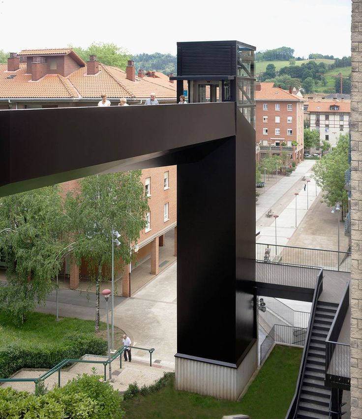 Urban Elevator and Pedestrian Bridge,Courtesy of VAUMM